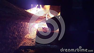 Une flamme du bois sur une cuisson de fourneau clips vidéos