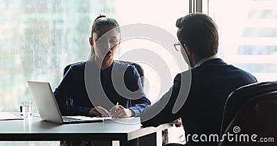 Une gestionnaire des RH qualifiée interroge le demandeur d'emploi banque de vidéos