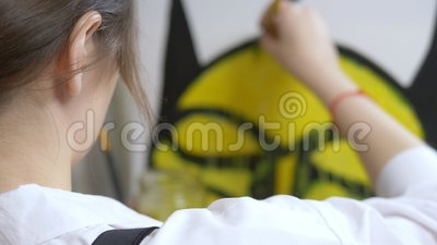 Une jeune artiste stylisée peint un tableau avec des peintures à l'huile sur toile banque de vidéos
