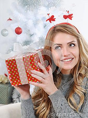 Idee Deco cadeaux de noel pour jeune femme : Une Jeune Femme Attirante Essayant De Figurer Son Cadeau Pour Chri ...