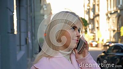Une jeune femme blonde séduisante rêve d'un nouvel achat et appelle son être aimé clips vidéos
