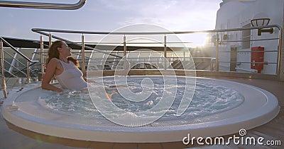 Une jeune femme en bikini dans un bain à remous Concept détente, détente, loisirs clips vidéos
