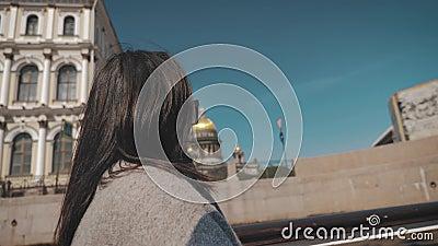 Une jeune femme en voyage en tramway fluvial Concept de tourisme et d'activités de loisirs clips vidéos