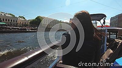 Une jeune femme en voyage en tramway fluvial Concept de tourisme et d'activités de loisirs banque de vidéos