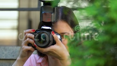 Une journaliste qui prend secrètement des photos en cachette, informations exclusives, paparazzi clips vidéos