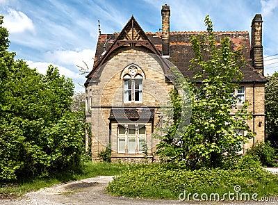 Une maison anglaise typique avec le jardin image libre de for Maison anglaise typique plan