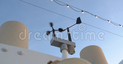 Une petite antenne sur le mât du navire Mesure du vent Anéomètre Closeuse banque de vidéos