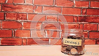 Une petite main de bébé met des pièces d'argent dans la tirelire de la caisse. Économiser de l'argent pour un futur concept banque de vidéos