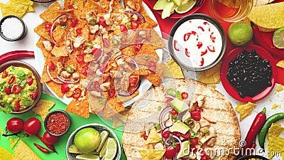Une photo a?rienne d'un assortiment de beaucoup de diff?rentes nourritures mexicaines sur une table clips vidéos