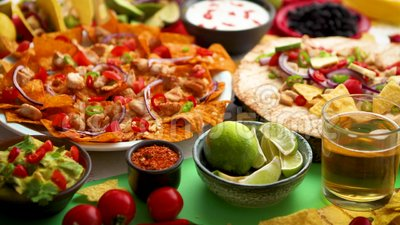 Une photo a?rienne d'un assortiment de beaucoup de diff?rentes nourritures mexicaines sur une table banque de vidéos
