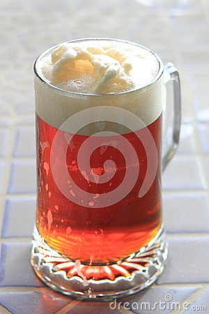 Une pinte de bi re au soleil photo stock image 52402445 - Pinte de biere en ml ...