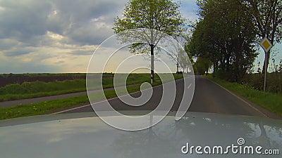 Une voiture roule sur une autoroute allemande et accélère clips vidéos