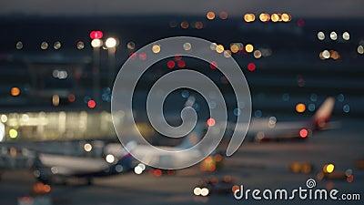 Une zone d'aéroport de nuit floue banque de vidéos
