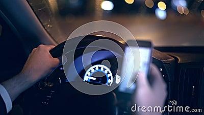 Unerkennbarer Mann, der Auto an Nacht- und des Netzessurfendem Telefongefahrenkonzept fährt stock video footage
