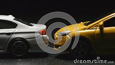 UNFALL: Schließen Sie oben von den Spielzeugmodellautounfällen zur weißen Spielzeugautozeitlupe stock video