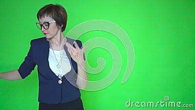 Ung affärskvinna eller lärare i affärskläder och bärande exponeringsglas, bakgrund för skärm för chromatangentgräsplan lager videofilmer