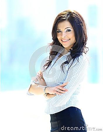 Ung affärskvinna i ett kontor