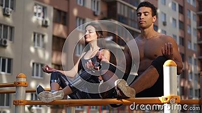 Ung aktiv yoga för konditionpargenomkörare poserar övning och meditationen för långt och sunt liv lager videofilmer