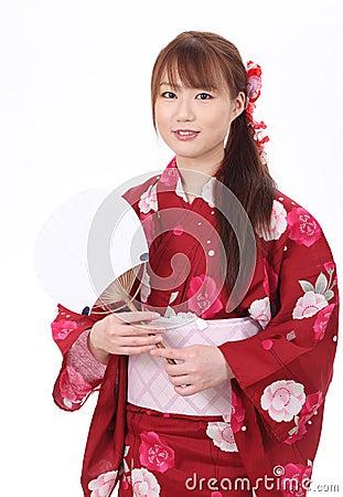 Ung asiatisk kvinna i kimono