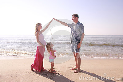 Ung familj vid havet