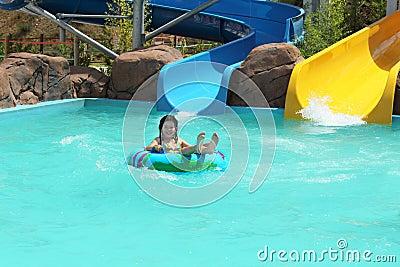 Ung flicka i en simbassäng