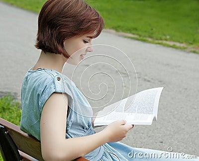 Ung flicka som läser en bok