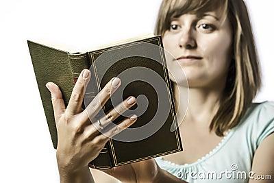 Ung flicka som rymmer en bok
