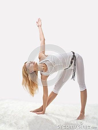 Ung härlig flicka som är förlovad i yoga
