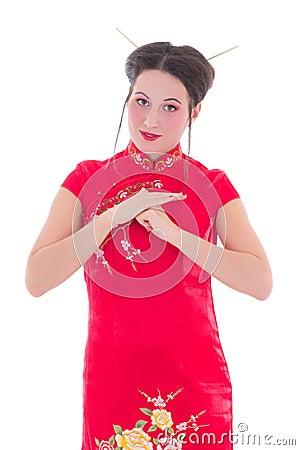Ung härlig brunett i den röda japanska klänningen som isoleras på vit