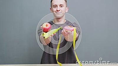 Ung idrottsman som har en hög proteinmåltid i sina händer stock video