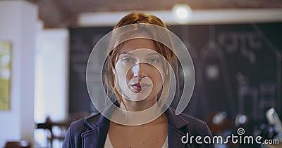 Ung kvinna för säker rödhårig man som är allvarlig och ler ståenden Företags busineswoman, freelancer, små och medelstora företag arkivfilmer