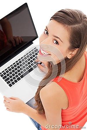 Ung kvinna med bärbar dator