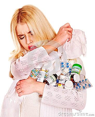 Ung kvinna med näsduken som har förkylning.