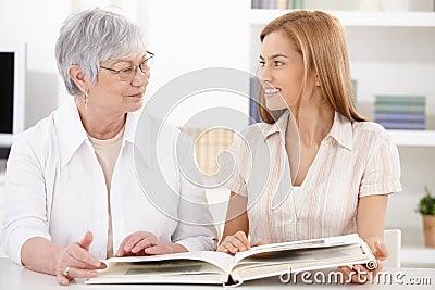 Ung kvinna och farmor som har gyckel