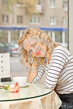 Ung kvinna på den små cafen