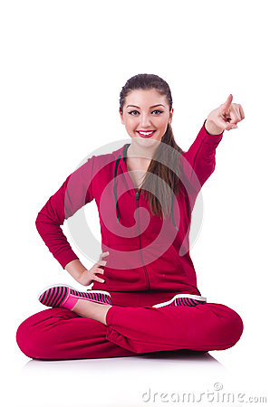 Ung kvinna som gör övningar