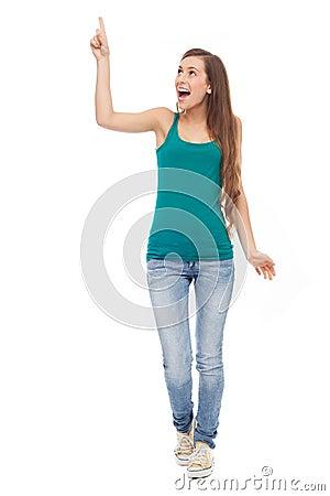 Ung kvinna som pekar upp