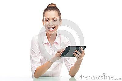 Ung kvinna som rymmer den digitala tableten