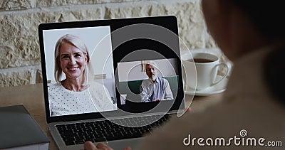 Ung kvinnlig dottervideo som ringer äldre föräldrar via webbkamera stock video