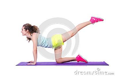 Ung kvinnlig som gör övningar