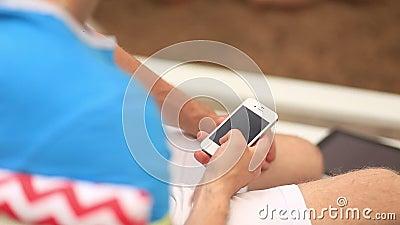 Ung man som använder hans telefon arkivfilmer