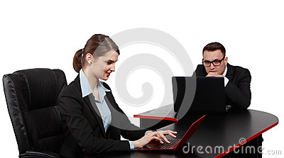 Unga affärspar på bärbara datorer