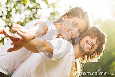 Unga attraktiva par tillsammans utomhus