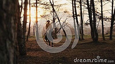 Unga flickan galopperar på hästrygg till och med höstträultrarapiden lager videofilmer