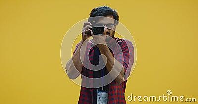 Unga fotografer med kamera lager videofilmer