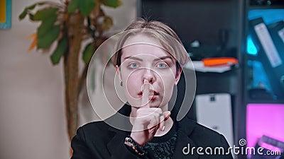 Unga kvinnliga gester visar att mun är låst och inte talar - att trycka ett finger mot munnen. lager videofilmer