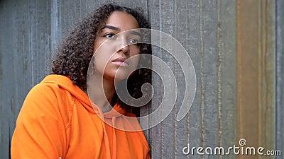 Unga unga kvinnor i Afrika som ser sorgliga eller tankeväckande ut att bära en orange hodie i stadsmiljö stock video