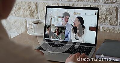 Unga kvinnor som kallar på en videokonferens chatt med vänner par lager videofilmer