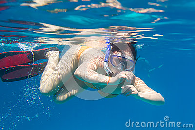Unga kvinnor som snorkeling i havet