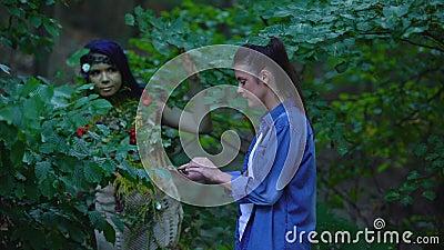 Unga kvinnor som träffar moder jord i skog, natur, enhet, säker miljö stock video